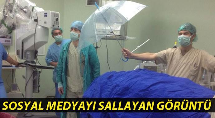 Ameliyatta hastayı korumak için şemsiye kullandılar