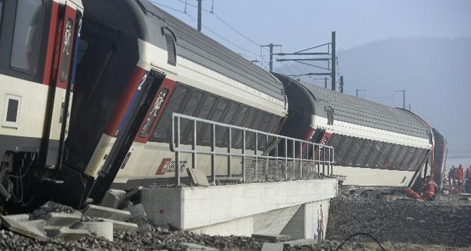 Yolcu trenleri çarpıştı
